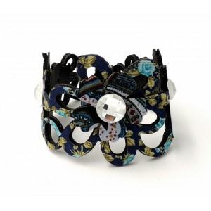 Bracelet en tissu bleu monté sur matière synthétique et orné de strass