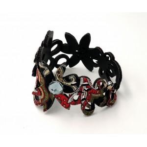 Bracelet en tissu rouge monté sur matière synthétique et orné de strass
