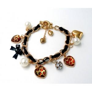 Bracelet en métal doré, ruban de soie noire, cœurs et perles