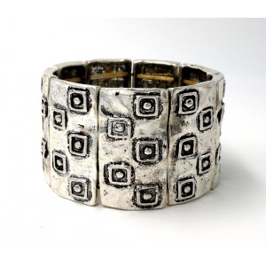 Bracelet design en métal argenté martelé façon artisanale
