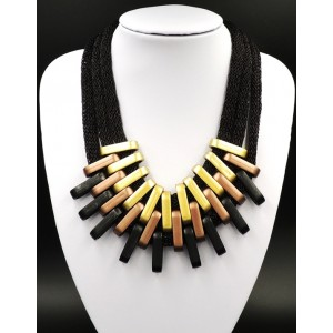 Collier avec des cordons noirs sur lesquels coulissent des anneaux ovalisés 3 couleurs