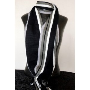 Echarpe rayée avec des franges, couleur dominante grise
