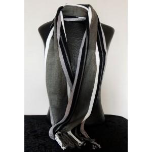 Echarpe rayée avec des franges, couleur dominante noire