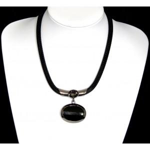 Collier avec une chaîne serpent argentée qui supporte un gros cristal noir facetté