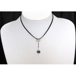 Ras de cou avec un pendentif qui supporte une petite pierre ronde noire