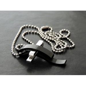 Collier en acier inoxydable avec un pendentif très design en forme de croix 2 couleurs