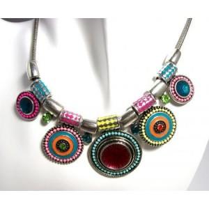 Collier métal argenté, style ethnic, laqué multicouleurs, perles et strass