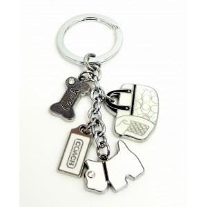 Bijou de sac ou porte-clés avec des breloques en métal laqué blanc