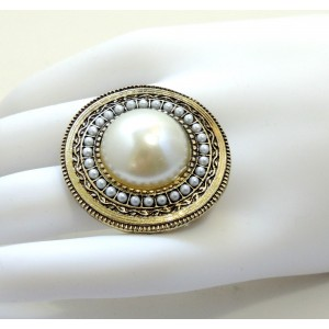 Grosse bague ajustable ornée d'une pierre et perles blanches nacrées sur métal travaillé doré