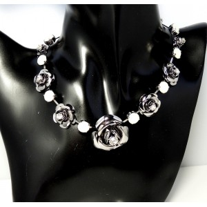 Collier semi-rigide en pierres de SWAROVSKI blanches et roses en métal