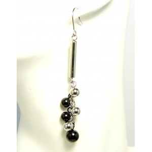 Boucles d'oreilles avec tige acier sur laquelle est fixée une grappe de perles en acier noir et argenté