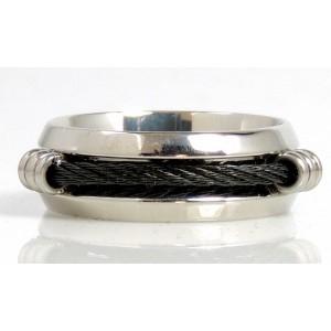 Bague homme en acier 316 L, un câble noir passe par 3 oeillets sertis autour de l'anneau