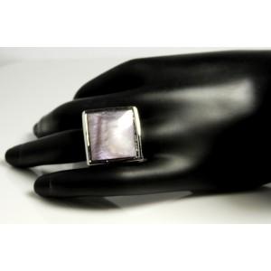 Bague en métal argenté ornée d'une pierre mauve nacrée