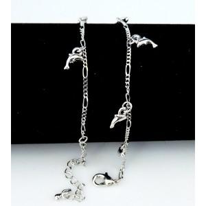 Chaîne de cheville en métal argenté ornée de dauphins pendants