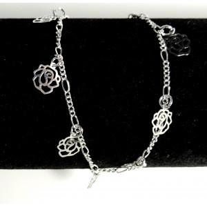 Chaîne de cheville en métal argenté sur laquelle pendent des fleurs découpées