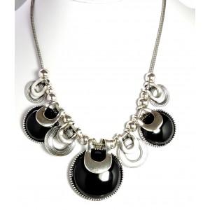 Collier femme en métal argenté, chaîne maille serpent qui supporte des pierres noires
