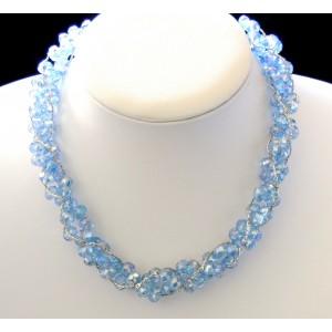 Collier ras de cou avec des perles de verre bleu, chaînettes argentées entralacées