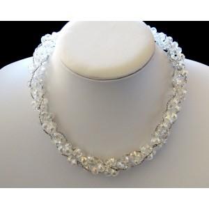 Collier ras de cou avec des perles de verre blanc et chaînettes argentées entrelacées