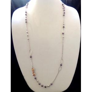 Sautoir avec une chaîne ornée de perles métal et mauve et petits nœuds émaillé mauve. Pure by Noa créateur
