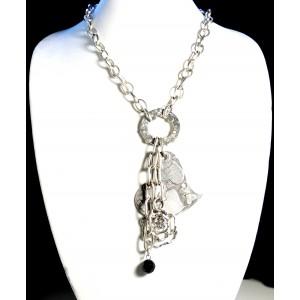 Sautoir en métal argenté à larges maillons, avec fleur coeur métal et perle noire