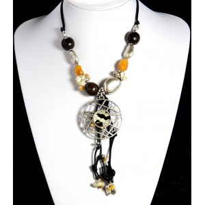 Collier avec perles en bois et perles naturelles, médaillon en métal ajouré et breloques