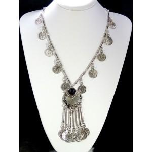 Sautoir tendance en métal argenté avec pendentif orné d'une pierre noire de style ethnique