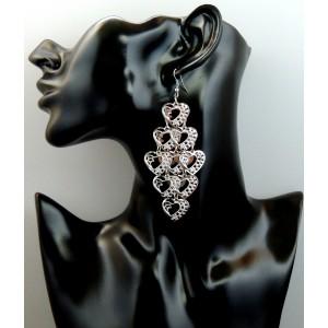 Boucles d'oreilles en métal argenté, grappe de nombreux petits cœurs ciselés