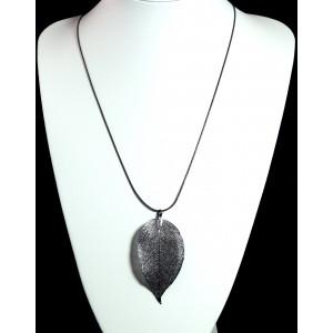 Collier en plaqué argent gris, chaîne serpent qui supporte une feuille très finement ciselée