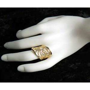 Bague large en plaqué or, fleur très stylisée découpée