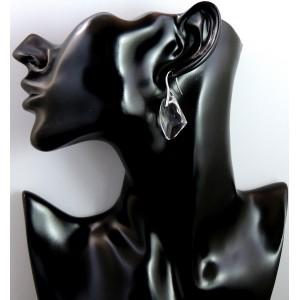 Boucles d'oreilles avec une attache en métal argenté sur laquelle est fixé un cristal blanc