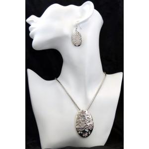 Parure collier et boucles d'oreilles en métal argenté de qualité et strass roses