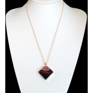 Collier avec pendentif en pierre naturelle dans des tons mauves, plaquée or