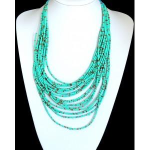 Collier multirangs avec de nombreuses petites perles couleur vert turquoise et or