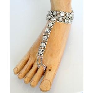 Bracelet de cheville en métal argenté façon argent vieilli relié à un orteil