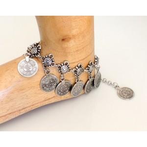 Bracelet de cheville large en métal argenté façon argent vieilli orné de médailles