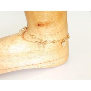 Chaîne de cheville en métal doré ornée de perles et papillons