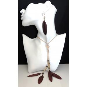 Parure avec collier en métal doré orné de plumes marron et boucles d'oreilles assorties