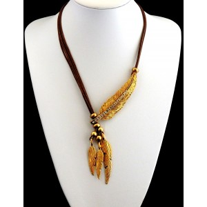 Collier avec des cordons de couleur marron orné de plumes nervurées en métal doré