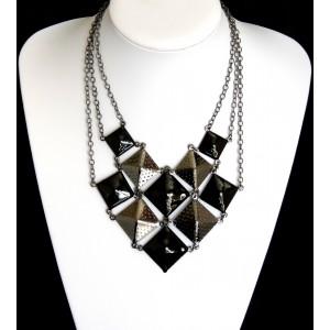 Collier façon pyramide en métal noir uni et argent foncé martelé