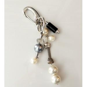 Bijou de sac ou porte-clés composé de charms et perles nacrées