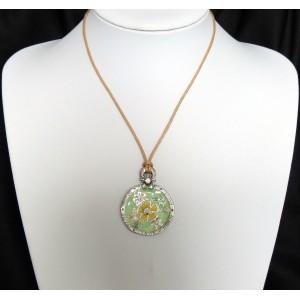 Collier avec un cordon beige et pendentif vert orné de cristaux, marque Temple street