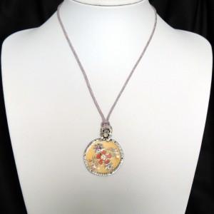 Collier avec un cordon mauve et pendentif saumon orné de cristaux, marque Temple street