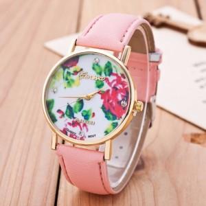 Montre ronde, bracelet en cuir rose clair et cadran avec un décor de fleurs stylisées