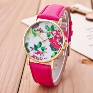 Montre ronde, bracelet en cuir rose fuchsia et cadran avec un décor de fleurs stylisées