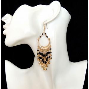 Boucles d'oreilles avec perles noires et perles en métal enforme de larmes montées sur métal doré