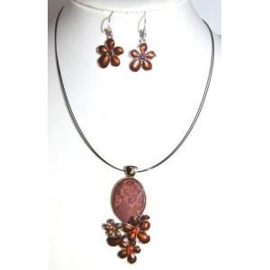 Parure émail, collier avec pendentif camée brun et fleurs, boucles d'oreilles assorties