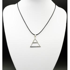 Collier avec pendentif en fome de triangle en métal argenté