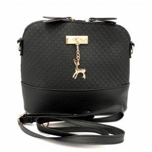 Petit sac à main en cuir noir orné d'une breloque dorée