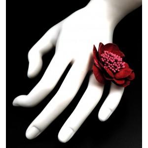 Bague en forme de fleur, couleur bordeaux avec en son centre les pistils du même ton