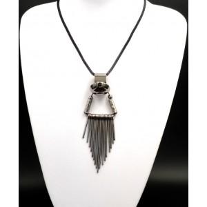 Collier sautoir original avec un pendentif en métal et chaîne tube noire